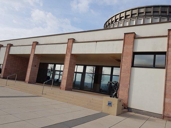 Außenansicht Panorama Museum Bad Frankenhausen. Hier geht es zum Eingang des Museums