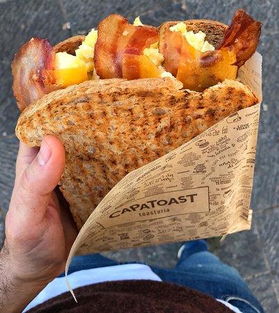 AMERICAN TOAST Bacon, formaggio cheddar, uova strapazzate.