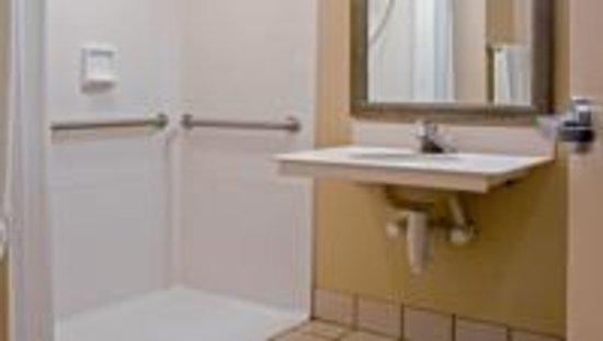 Quality Inn: Walk-in shower