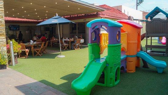 ¡Contamos con una amplia, cómoda y segura área de juegos para que los más pequeños de la familia también disfruten de su estancia!