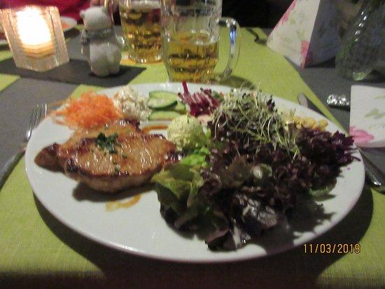 St. Niklaus, Switzerland: Fitnessteller mit Schweinerückensteak und Kräuterbutter