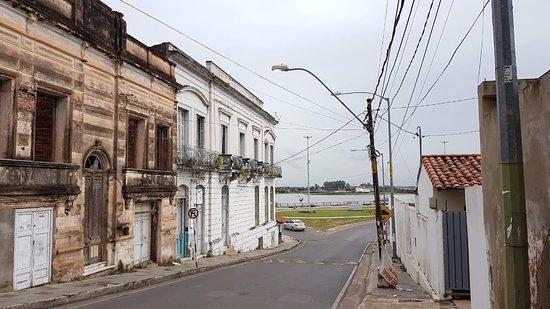 Bajando desde el dentro a la Costanera, casas viejas y peligroso de noche.