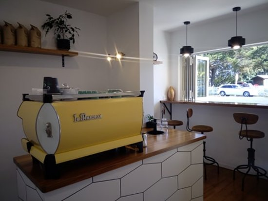 Hamilton, Nueva Zelanda: This is our espresso bar... We opened in May 2018 after 7 months of demolition. Before that this 27 square metre building was actually the public toilets. Back in April 2016 the doors were shut permanently due to funding stopped.  If you are a lover of coffee black or white this is a place for you! We are very proud of what we do and it shows in every cup. if its just a quick bite to eat we have you covered there too.