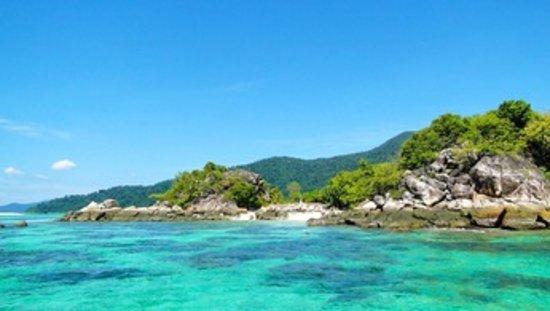 Passez un moment farniente dans un petit coin de paradis, à Koh Hai.  Profitez en pour vous reposer, découvrir l'île, faire de la plongée ou partir à la pêche aux calamars à la tombée de la nuit.