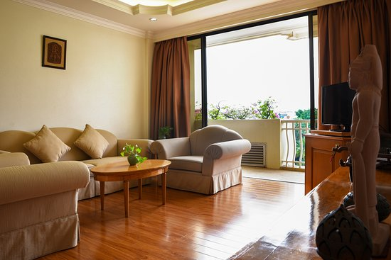 Angkor Century Resort & Spa: Living room and view