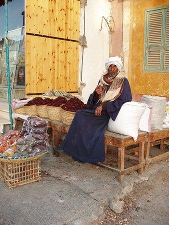 al-Qusair, Ägypten: Bellissima foto di un mercante in giro nella cittadina