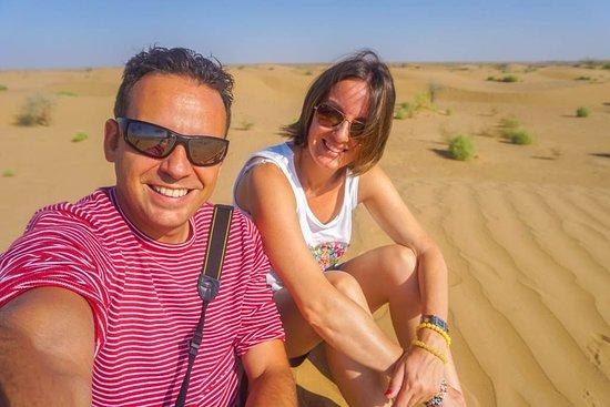 """Balkanabat, تركمانستان: """"¿Qué tienen los desiertos que tanta magia desprenden? El desierto de Karakum (que significa """"arena negra"""") lejos de los grandes canales de agua deja una grandes extensiones de arcilla y dunas onduladas, salpicadas por un pequeño invento de plantaciones que protegen la carretera y ciertas especies de arbustos."""" Más sobre nuestra aventura en Yangykala en nuestro blog."""