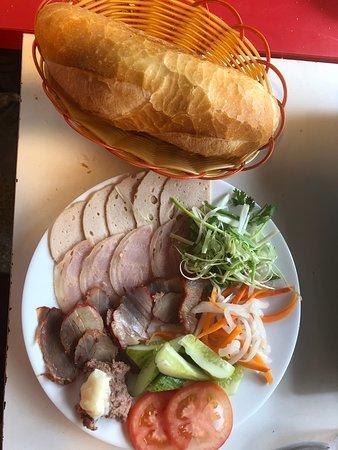 bánh mì thịt nguội dĩa