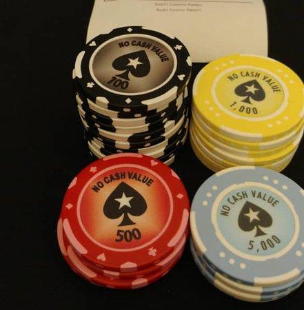 Крутит рулетку в казино