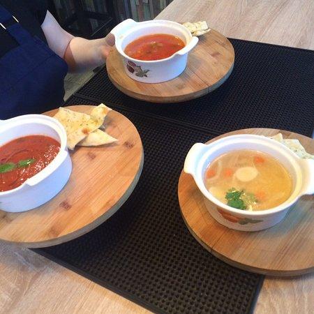 """Три классических итальянских супа: нежный куриный бульон, овощной """"Минестроне"""", томатный """"Папа Помодоро"""""""