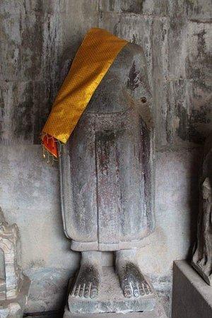 Las estatuas de Buda, Hindú y Monje