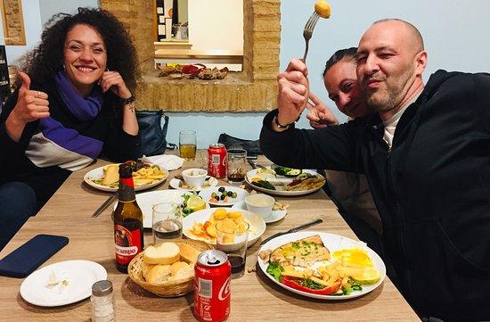 Bonaire Almussafes: Gente que se divierte mientras come de maravilla :)