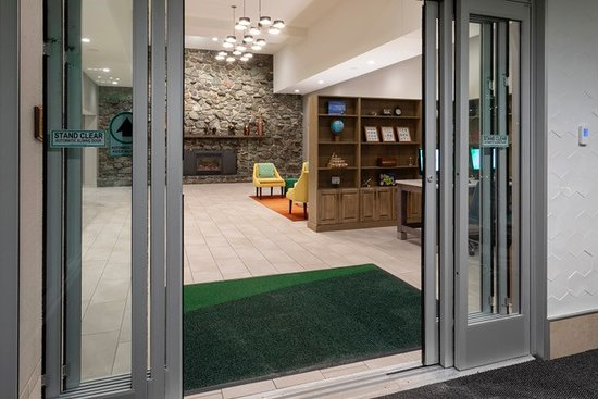 Holiday Inn Marquette: With the new automatic lobby doors and new luggage carts, it just got easier to get your items into the hotel