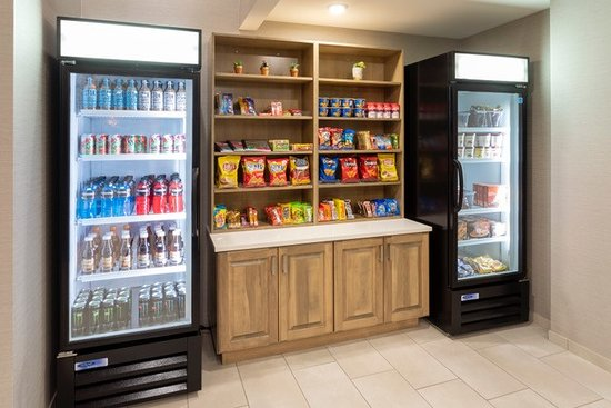 Holiday Inn Marquette: Our lobby Sweet Shop features cool beverages, a variety of chips, and candy bars, along with ice cream