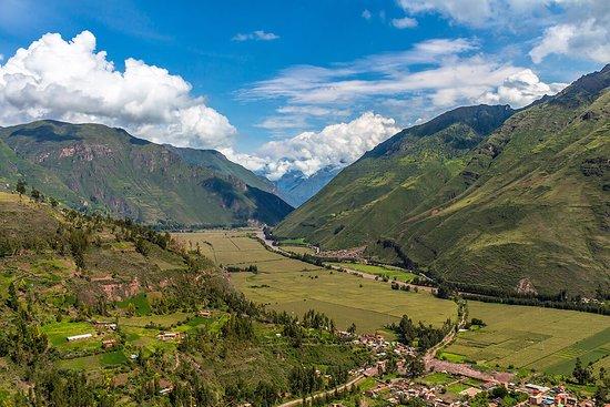 Taray, بيرو: Mirador de #Taray 3200 m.s.n.m. Es el primer punto desde donde podemos apreciar realmente todo el Valle Sagrado de los Incas, como son sus paisajes, montañas y el imponte río #Vilcanota o #Urubamba.