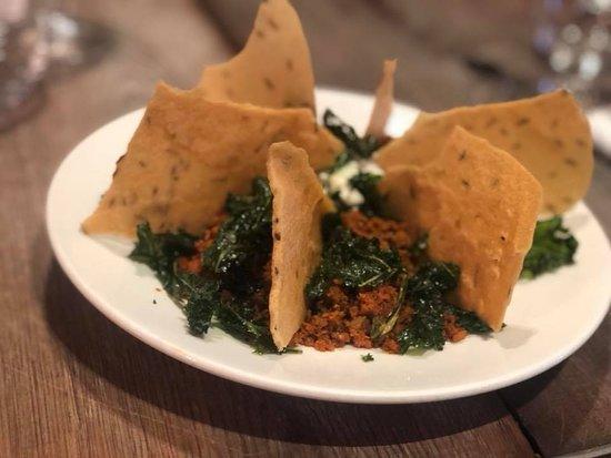 Vereinigtes Königreich: Aged chorizo, labneh, Caraway Crisp bread & Crispy Kale.