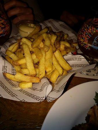 Rotisserie Amsterdam: Een schaaltje friet om met vier personen te delen. Was ruim voldoende