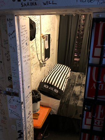 Old Jail Inn-Parke County: Enjoy a nite in Jesse Jame's cell, on cell block 1 across from the shared bathroom! Queen bed. Sleeps two