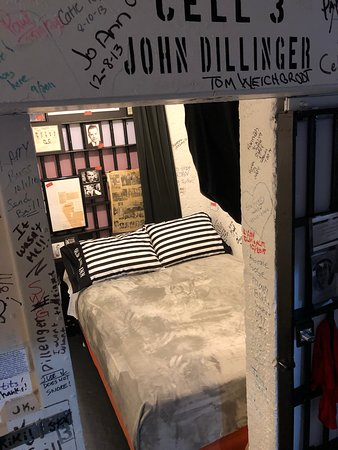 Old Jail Inn-Parke County: John Dillenger never had it so comfortable.  Room for two, queen bed. Shared bathroom! Private and quiet