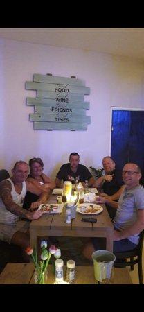 Twist Of Flavors Aruba: Burger night bij TOF Twist Of Flavors