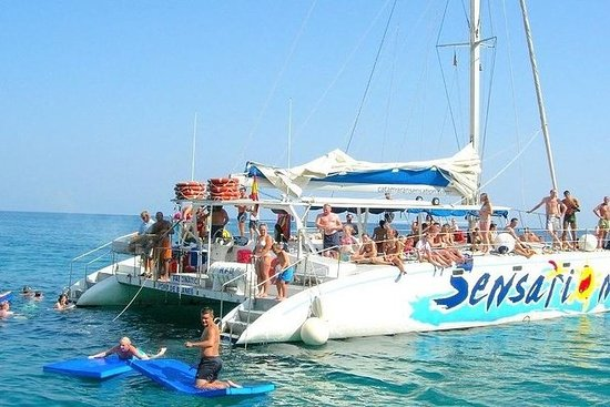 Catamarano con festa a Barcellona