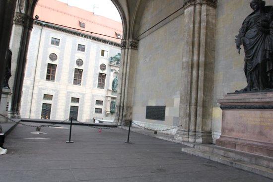 Third Reich Walking Tour: Historic Facts and Sites in Munich: Feldherrnhalle