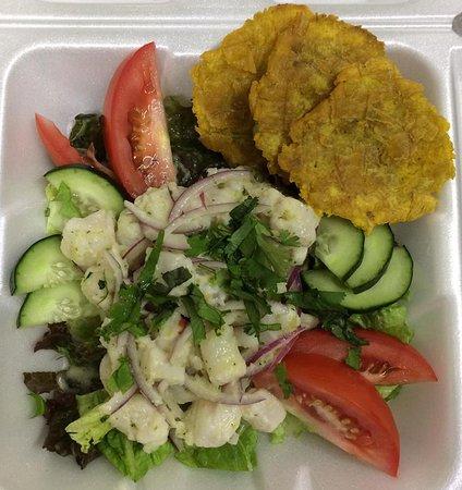 Ceviche de pescado con sabor boricua, servido con ensalada y tostones