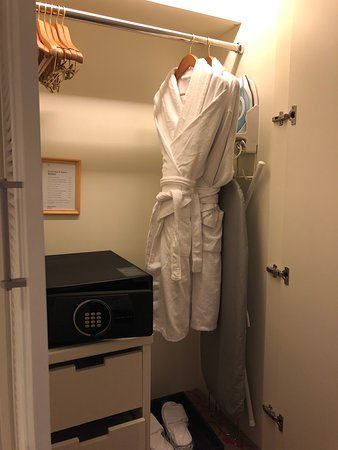 Sheraton Grand Macao, Cotai Strip: Sheraton Grand Macao Hotel - closet, safe and bath robes