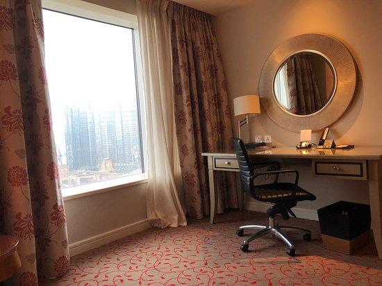 Sheraton Grand Macao, Cotai Strip: Sheraton Grand Macao Hotel - desk, rolling chair and view