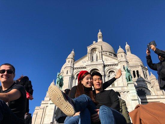 Basilique du Sacre-Coeur de Montmartre: 사원앞 계단
