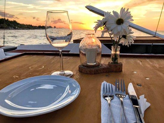 Catamaran Tequila Holbox: Degusta una copa de vino mientras ves el atardecer