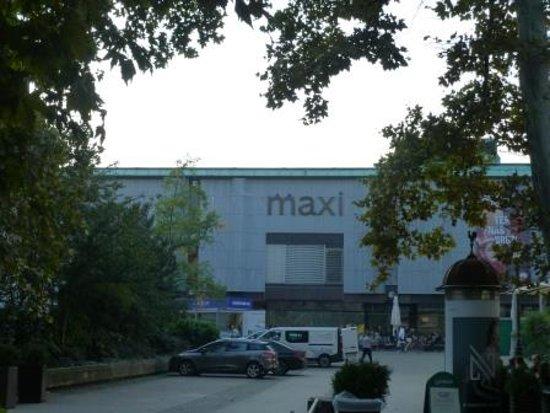 Centro Commerciale Maxi: 東側から見たMaxi