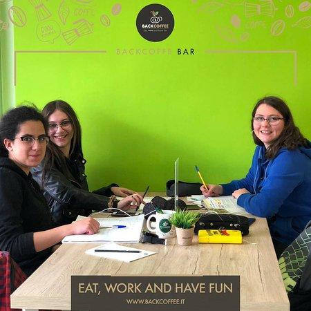 Il nostro co-working. Da Back Coffee puoi studiare, lavorare, mangiare e divertirti grazie alla connessione wifi, la stampante e tutto quello che ti serve per essere produttivo.