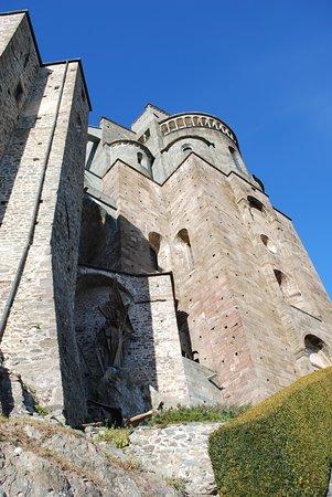 """Sant'Ambrogio di Torino, Italien: L'imponente e severa mole della Sacra di San Michele,  l'abbazia che ha ispirato Umberto Eco per """"Il nome della rosa""""."""