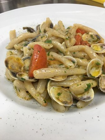 IL NOVE: Homemade Strozzapreti with tomatoes and clams