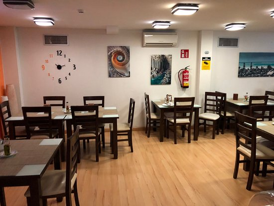 Hostal T4 has excellent features inside (staff/reception/rooms/lift/restaurant) and outside (shuttle service/drivers)!