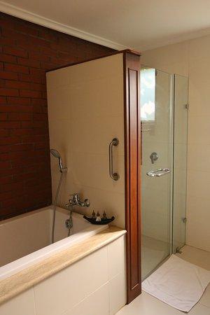 Room 6021 - Shower & tub