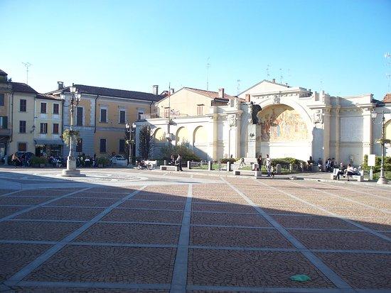 San Colombano al Lambro, إيطاليا: la piazza