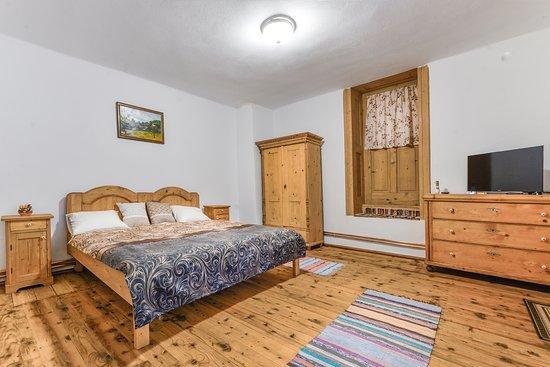 Casa Trappold: Pult or Apold is the name of our beloved village.  The room is spacious and perfect for two persons.   It has its own bathroom and TV and the mattress is extremely comfortable! There is a door which has a decorative role making you think that there is a new world wherever you go!