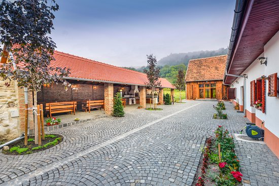 Foto de Casa Trappold, Apold: Our Schaas room - it can accommodate 2 people, having a private bathroom, TV and the entrance is being done from the yard.  Schaas or earlier called Șaieș, Șaieșu, Șăieș, Șais it's another neighbor village.  With a wide street and separate wide grass front in front of each house, Schaas is a beautiful village.   Our Schaas room has a double bed (king size) with own bathroom. There is also a cute dressing table where you can find your beauty before going outside and check the surroundings. - Tripadvisor