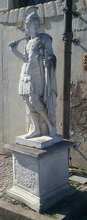 Villadose, อิตาลี: Statua all'esterno della struttura