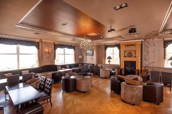 Wonderful front room overlooking the ocean - ideal for perhaps afternoon tea or a little tipple