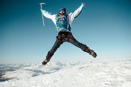 Khanty-Mansi Autonomous Okrug-Yugra, รัสเซีย: Не успел я приземлиться с НЕРОЙКИ, как еду на МАНЬПУПУНЁР!!! Шатун — это медведь, не набравший на зиму жира и не залегший в берлогу. ;-)) Жира вроде не набрал, залечь в берлогу некогда этой зимой, похоже я подхожу для экстремальной экспедиции на снегоходах на Перевал Дятлова и плато Маньпупунёр вместе с экстрим-клубом Шатуны 96 @shatuny96 Продолжается мой год посвященный ХМАО и Уралу!!! ;-) На фото я на вершине горы Неройка! СПАСИБО СЛЕДОПЫТАМ и ИГОРЮ ИЛЫКУ за крутое приключение на Неройке!
