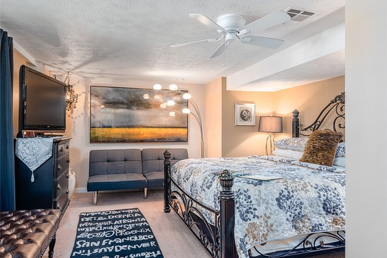 The Garden Suite: King Size Bed, FS Cable TV, H/S WIFI, Keurig, Micro Refrigerator / Freezer, Plush Robes, Our Signature Cookies, Sun Tea or Coffee, Ceiling and Floor Fan, A/C or Heat, Fireplace, Garden View.