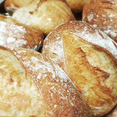 O nosso pão de massa mãe, amassado e cozido diariamente!