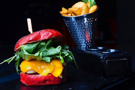 Región de Rabat-Salé-Zemur-Zaer, Marruecos: Aujourd'hui nous allons découvrir le Burger Red'one 🍔❤️ , un Burger unique pas comme les autres , la fraîcheur est sa principale qualité , sa couleur rouge séduisante avec la bonne  odeur qui s'en  dégage 😋. Le Red'one c'est du Viande hachée, Champignons, Oignons Fondus, Compote de pomme , Bacon , Cheddar , Maasdam, Roquette et Iceberg . Y a-t-il parmi nous des fans pour le RED'ONE 😍 ?!   #Burger #burger🍔 #burgerlover #food #foodlover #rabat #rabatfoodguide #agdal