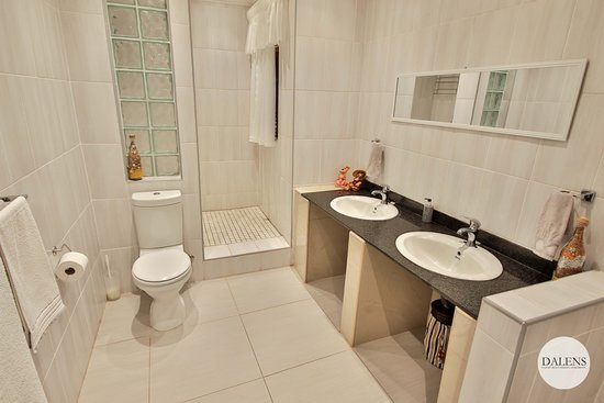 Dalen's: Dalens Self Catering Apartments six bathroom with shower only