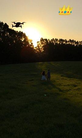 Esse campo enorme ficou perfeito para as cenas com o drone, ainda mais ao pôr-do-sol!!! Amamos!!!