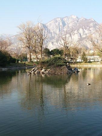 Il monte Moregallo che si specchia nel laghetto