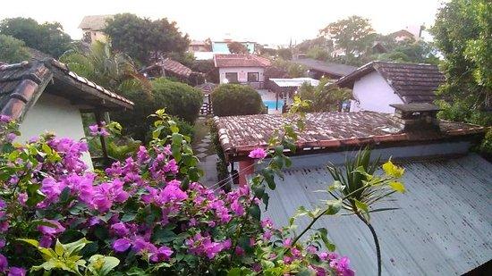 Pousada Mares do Santinho: Algumas das casas do Mares do Santinho , vistas da casa 10 (a do fundo é a recepção).